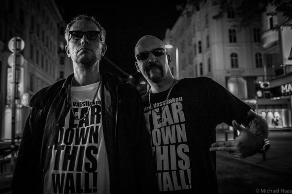 Du willst ein Foto haben mit einem Mrs. Vassilakou - Tear Down This Wall T-Shirt?  Zu kaufen bei Peryd Shoe Zollergasse 9/11. Da kannst Du Größe und Farbe bestimmen und es gehört dann Dir für immer. Vorzugspreis 14.90.-€  (c) Götz Schrage für Mrs. Vassilakou - Tear down this Wall! https://www.facebook.com/groups/157079997828315/?fref=ts (21.09.2013)