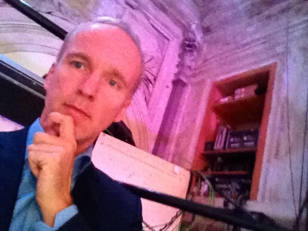 Christian Drastil posiert für sich selbst als kritischer Wahlbeobachter bei ATV: Die Diskussion der Spitzenkandidaten im Odeon (22.09.2013)