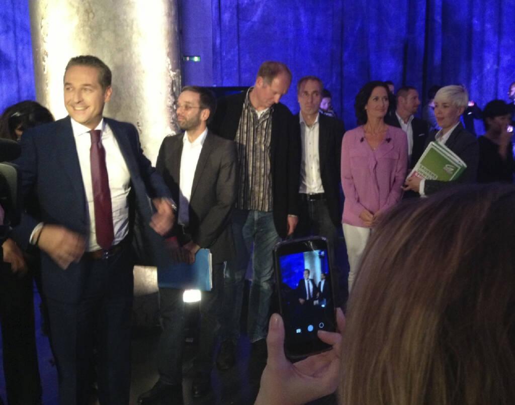#meinewahl Strache wärmt sich auf, während sich Glawischnig konzentriert. Koalition wird das keine (22.09.2013)