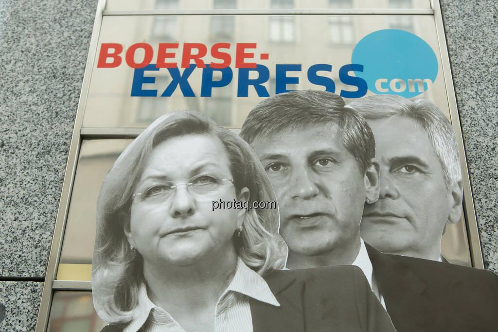Maria Fekter, Michael Spindelegger, Werner Faymann vor dem Börse Express , © Politikerfiguren by Neos, Fotos by finanzmarktfoto.at/Martina Draper (23.09.2013)