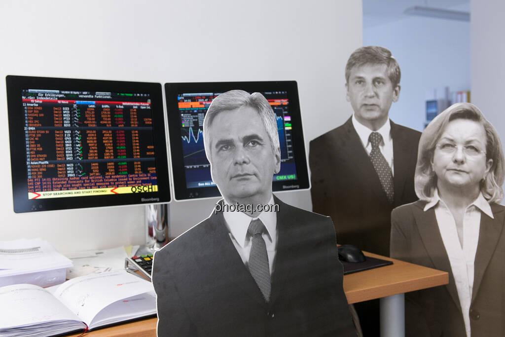 Werner Faymann, Michael Spindelegger, Maria Fekter vor dem ATX am Bloomberg-Bildschirm, © Politikerfiguren by Neos, Fotos by finanzmarktfoto.at/Martina Draper (23.09.2013)