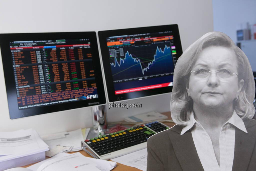 Maria Fekter vor dem ATX am Bloomberg Bildschirm, © Politikerfiguren by Neos, Fotos by finanzmarktfoto.at/Martina Draper (23.09.2013)