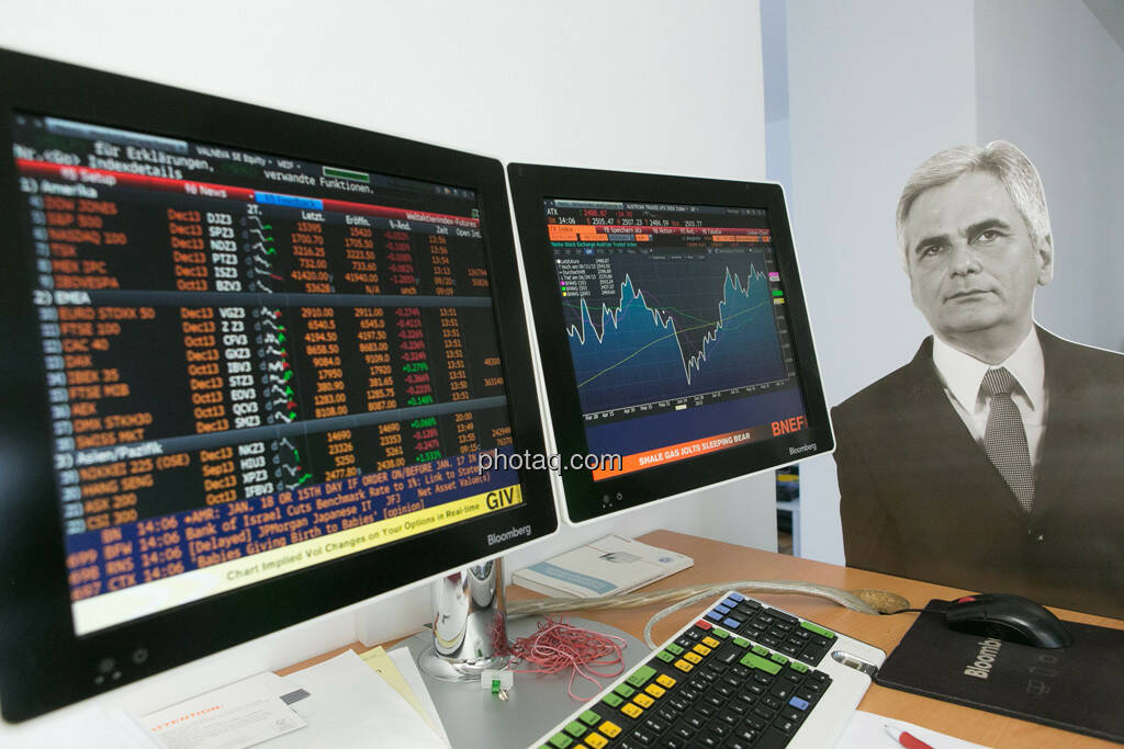 Werner Faymann vor dem ATX am Bloomberg Bildschirm, © Politikerfiguren by Neos, Fotos by finanzmarktfoto.at/Martina Draper (23.09.2013)