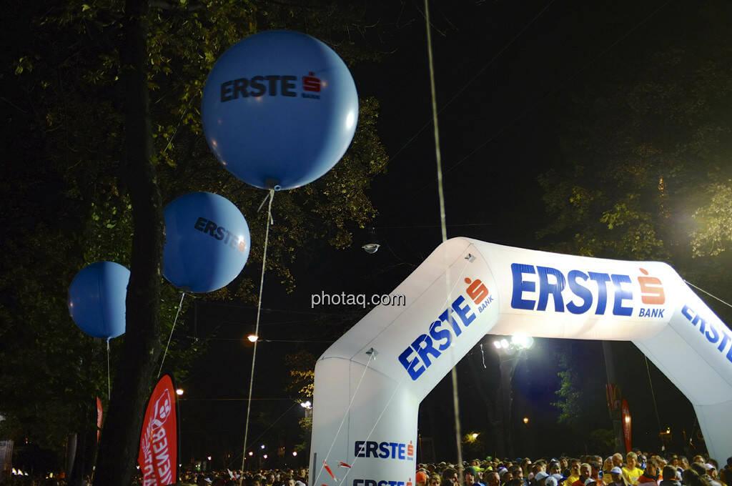 Erste Bank Vienna night run 2013, Startbereich, Luftballons, © finanzmartkfoto.at/Martina Draper/Josef Chladek (01.10.2013)
