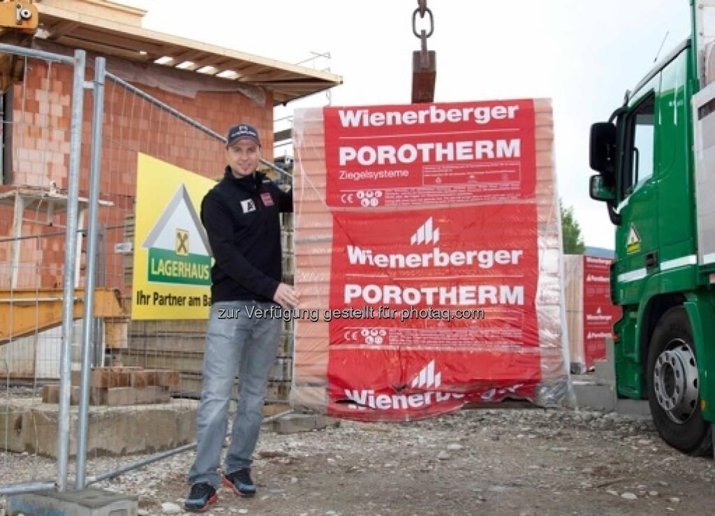 Skirennläufer Reinfried Herbst baut mit Wienerberger Ziegel energiesparendes Einfamilienhaus in Salzburg - Porotherm W.i: Hochwärmedämmende Ziegelwände reduzieren den Energieverbrauch (c) Wienerberger (03.10.2013)