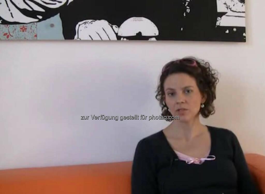 """Sabine Hoffmann, Geschäftsführerin, Ambuzzador """"Ich habe BWL studiert, das ich am Anfang ganz ganz fürchterlich fand."""" Später hat sich Sabine Hoffmann dann auf Werbung, Marktforschung und Personal spezialisiert und so ihren Weg gefunden. Mittlerweile ist sie Geschäftsführerin von Ambuzzador, einer von ihr gegründeten Marketing-Agentur. Wie sie darauf kam? """"In Amerika habe ich meine Idee gefunden, das Thema 'Buzz Marketing'."""" Das Video (5:53 min.) dazu unter http://www.whatchado.net/videos/sabine_hoffmann  , © whatchado (12.10.2013)"""