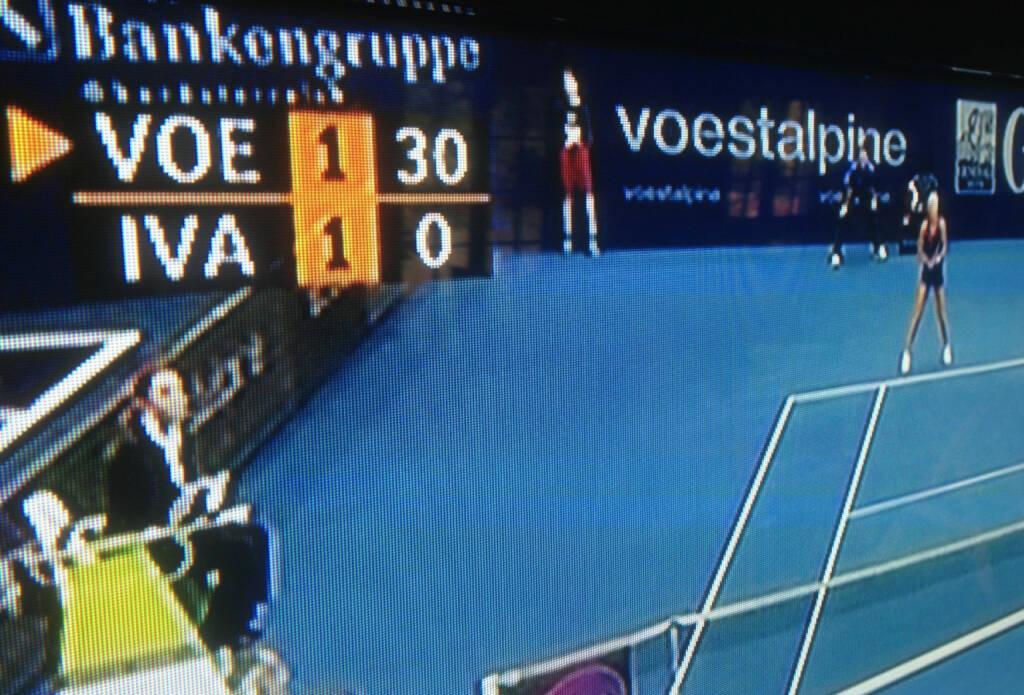 VOE vs. IVA - voestalpine vs. IVA? (Stefanie) VOEgele gegen Ana IVAnovic beim WTA-Turnier in Linz, voestalpine auf dem Bild als Sponsor zwischen dem Insert und Ana Ivanovic (12.10.2013)