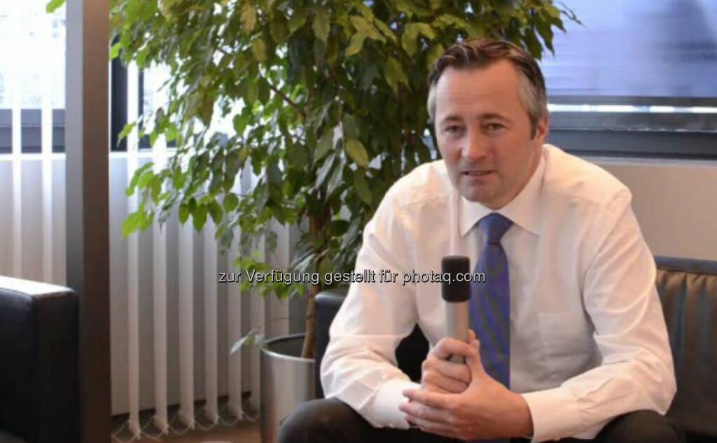 Hannes Ametsreiter, Generaldirektor, A1 Vom Journalismus über einige Zwischenstationen hinweg, schaffte es Hannes Ametsreiter endlich zum Generaldirektor von A1. Wie dieser erfahrungsreiche Werdegang sich gestaltet hat, warum es nach Hannes Ametsreiter auch anders funktioniert hätte und worauf er selbst bei Bewerbern achtet, erzählt er in seinem Interview. Das Video (9:12 min.) dazu unter http://www.whatchado.net/videos/hannes_ametsreiter , © whatchado (14.10.2013)