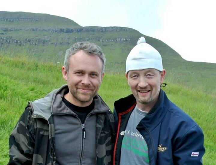 Niko Alm (Neos) mit Jens Martin Knudsen und dessen Mütze, die u.a. Toni Polster und Herbert Prohaska nie vergessen werden