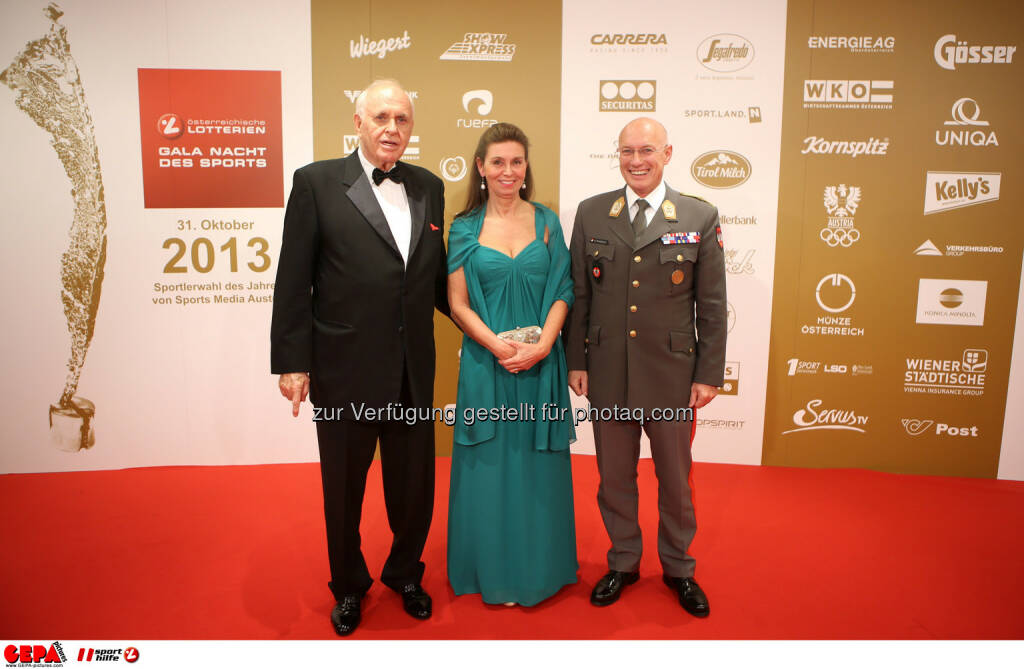 Praesident Michael Kuhn (Sports Media Austria), General Othmar Commenda und seine Gattin. Foto: GEPA pictures/ Markus Oberlaender (02.11.2013)