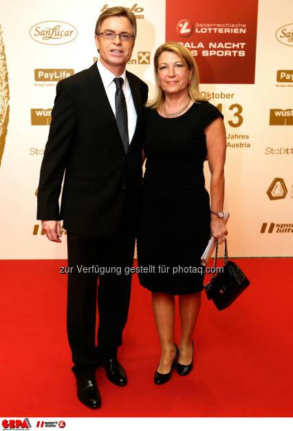 Marketingchef Leodegar Pruschak (Raiffeisen) und seine Frau. Foto: GEPA pictures/ Walter Luger (02.11.2013)