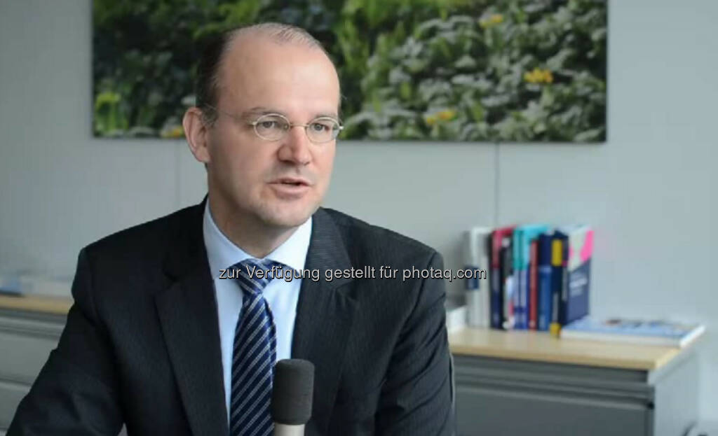 """Yves Müller, Vorstandsmitglied, Tchibo """"Ich habe einen Acht-Stunden-Tag. Von acht bis acht."""" Yves Müller ist als Vorstandsmitglied von Tchibo für Personal- und Finanzagenden zuständig. """"Persönlichkeit ist wichtig und, dass man begeisterungsfähig ist. Das kriegt man, wenn man auch mal was anderes macht. Nicht nur einen stringenten Werdegang hat."""" Das Video (6:50min.) dazu unter: http://www.whatchado.net/videos/yves_mueller , © whatchado (06.11.2013)"""