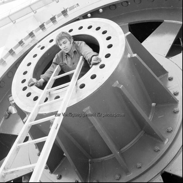 Der Verbund öffnet ein Fenster in die Vergangenheit und blickt zurück in die Bauzeit des Wasserkraftwerkes Altenwörth. Lasst euch mit dieser Bildgalerie in die 70er Jahre entführen, der Bauphase des Kraftwerks. http://goo.gl/k2UCcv oder unter www.verbund.com/flickr (16.11.2013)