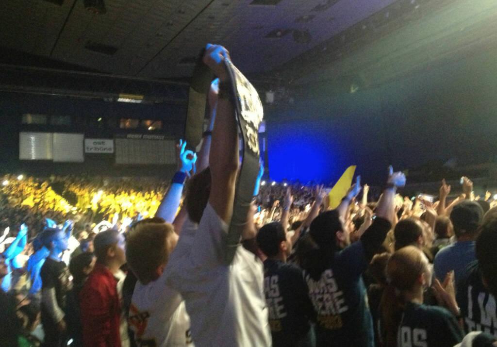 WWE Champion im Publikum, zumindest hatte er den Gürtel (17.11.2013)