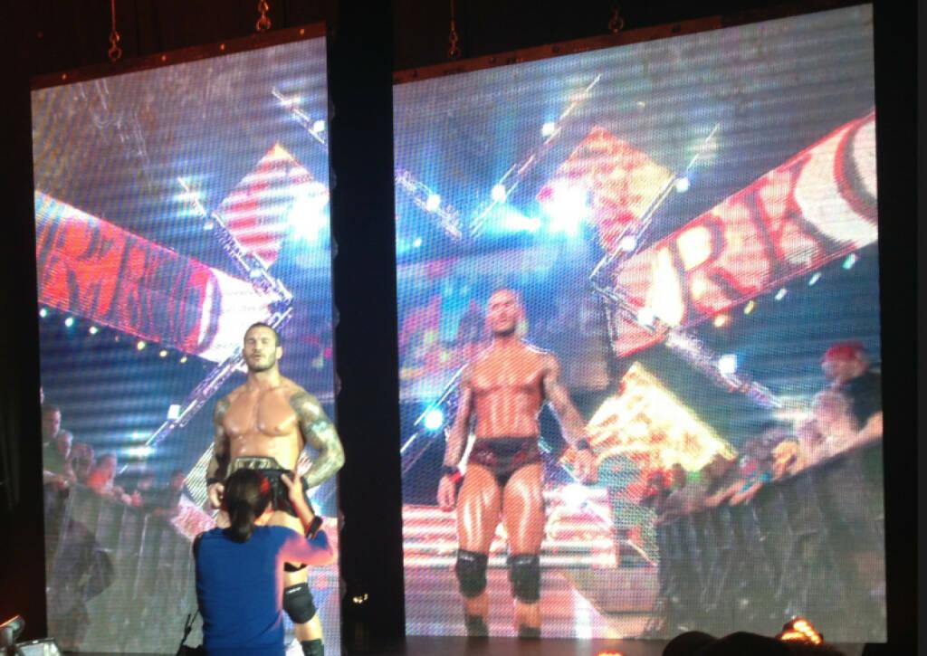 Randy Orton und ein Foto des Champion-Gürtels (17.11.2013)