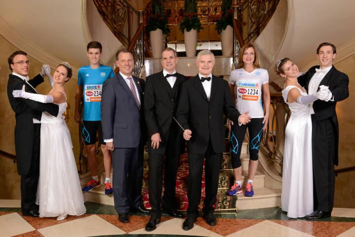 Horst Mayer (Grand Hotel Wien), Wolfgang Konrad (VCM) und Thomas Schäfer-Elmayer, die  umgeben von Walzertänzern und Läufern den Auftakt zum Vienna City Marathon 2014 geben.  Credit: VCM / Leo Hagen