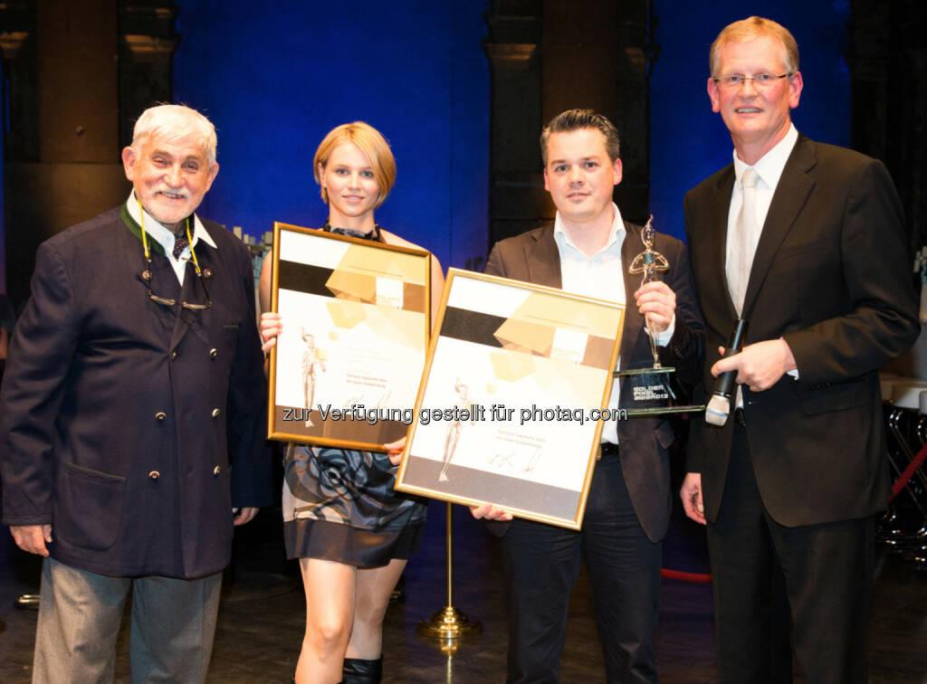 Golden Pixel Award für Samson Druck: Pressesprecherin Claudia Zitz und Tibor Valentin, Verkauf Wien (M.) mit dem Juryvorsitzenden Werner Sobotka (l.) und Organisator Michael Seidl. Bildquelle:  Golden Pixel Award/Franz Reiterer (25.11.2013)