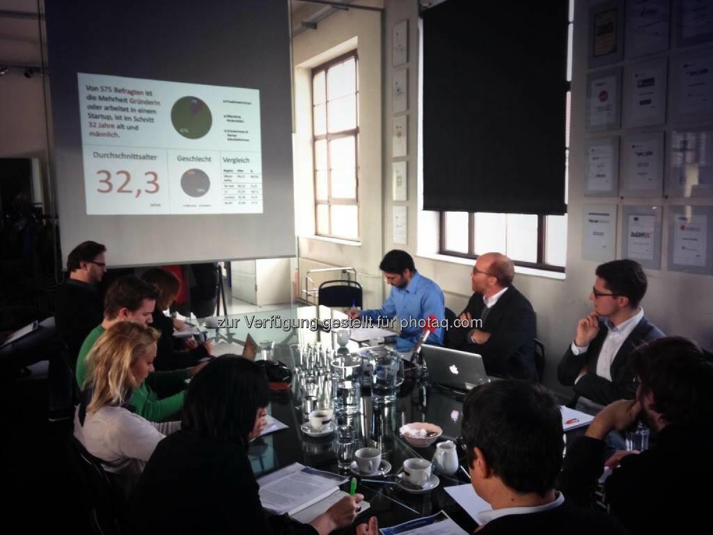 Oliver Holle von SpeedInvest präsentiert den diesjährigen Austrian Startup Report 2013: 76% der GründerInnen sagen, sie wollen sich primär selbst verwirklichen (26.11.2013)
