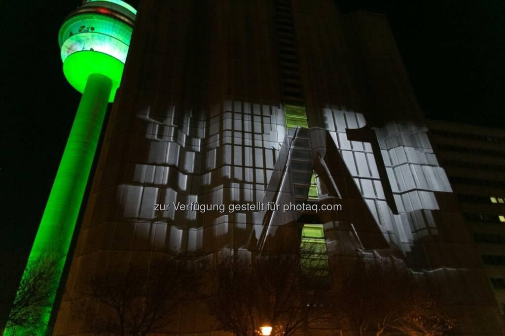 35 Jahre A1 Technologiezentrum Arsenal: Der beleuchtete A1 Funkturm und eine Gebäudewand, auf der die Marke A1 in ihren vielfältigen Ausprägungen von der Ars Electronica mit einer Videoinstallation eindrucksvoll in Szene gesetzt wurde (Bild: A1 / Daniel Hinterramskogler) (28.11.2013)