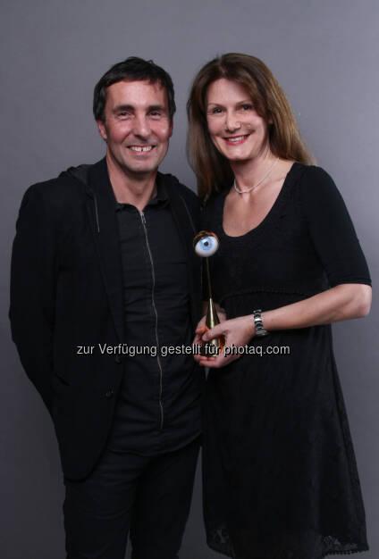 Raiffeisen FutureTrail gewinnt Austrian Event Award 2013: Karl Hintermeier (Eventagentur message) und Anne Aubrunner (RZB AG, Gesamtverantwortliche FutureTrail) mit dem Austrian Event Award 2013 ausgezeichnet (c) C. Holzinger/Leadersnet.at  (03.12.2013)