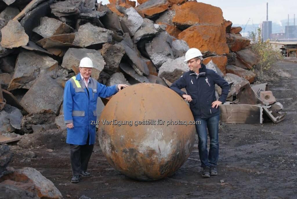 voestalpine: Wenn eine 12 Tonnen schwere Eisenkugel mit 1,5 m Durchmesser die Gießerei in Linz verlässt, fragt sich wohl mancher, was das zu bedeuten hat. Auflösung http://bit.ly/1ksb14p (09.12.2013)