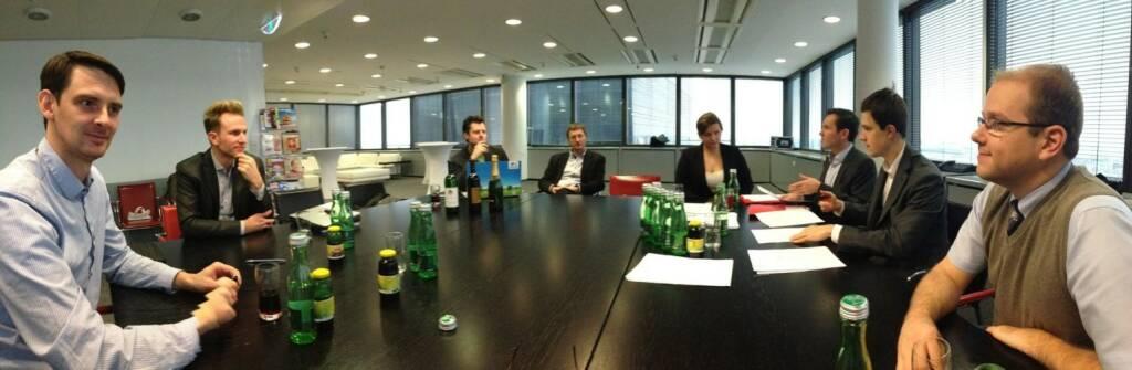 Reinhard Nowak und das LineMetrics-Team beim Signing mit Hansi Hansmann (wohl hinter der Kamera) in der Verlagsgruppe News (12.12.2013)