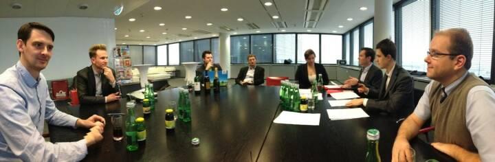 Reinhard Nowak und das LineMetrics-Team beim Signing mit Hansi Hansmann (wohl hinter der Kamera) in der Verlagsgruppe News