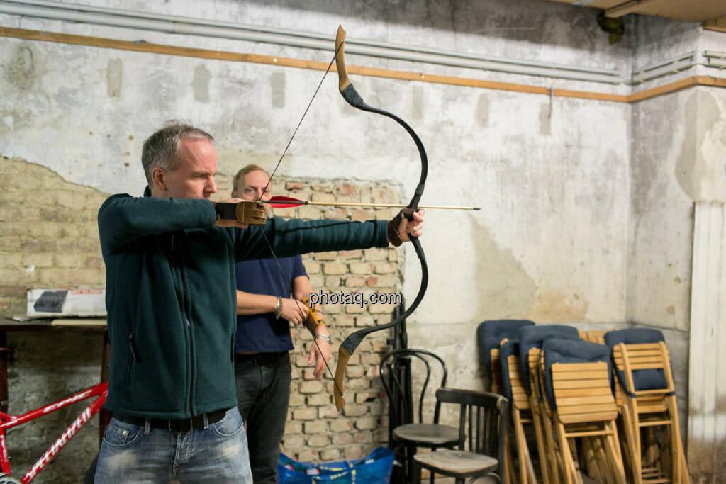 Christian Drastil mit Pfeil und Bogen, Heinz Karasek (Das Heinz), © finanzmarktfoto.at/Martina Draper (16.12.2013)