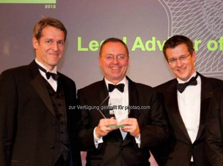 """Die Binder Grösswang Corporate/M&A-Partner Thomas Schirmer, Michael Kutschera und Gottfried Gassner (von links) mit dem """" M&A Award 2013: Legal Advisor of the Year – Austria"""" (c) Aussendung"""