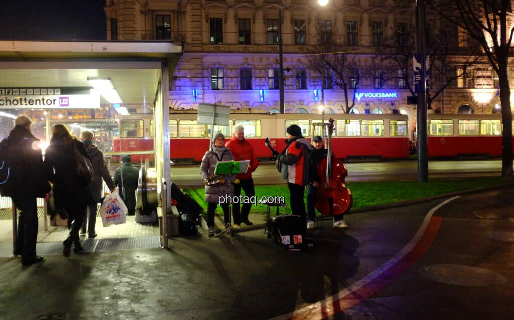 Strassenbahn, Musiker, Schottentor (22.12.2013)