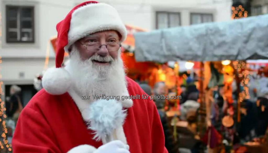 """Günter Aichinger, Weihnachtsmann """"Ich muss ganz ehrlich sagen, das Coolste an diesem Job ist einfach, die leuchtenden Augen der Kinder zu sehen."""" Ob in der Werbung oder auf Weihnachtsmärkten: Günter Aichinger ist ein gefragter (Weihnachts-)Mann. Sein Geheimnis? Ab Mai lässt er dem Bartwuchs freien Lauf. """"Positiv denken! Auch mit Freude durch's Leben zu gehen"""", möchte er seinem 14-jährigen Ich und der Jugend von heute mitgeben. Das Video (6:10min.) dazu unter: http://www.whatchado.net/videos/guenter_aichinger, © whatchado (23.12.2013)"""