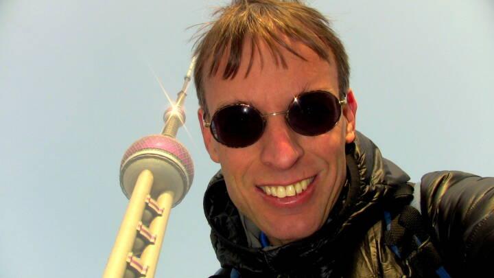 Rolf Majcen, FTC, belegte Platz 8 beim Treppenlauf auf das Wahrzeichen von Shanghai: Am 1.1.2014 nahm ich beim Oriental Pearl Tower Run Up in Shanghai teil. Der Oriental Pearl Tower steht im Shanghaier Stadtteil Pudong und ist mit einer Höhe von 468 Metern der derzeit dritthöchste Fernsehturm Asiens und der fünfthöchste der Welt. Der Wettlauf wurde als Massenstart veranstaltet, wobei etwa 200 Meter vom Start bis zum Stiegenhaus zu überwinden waren. In meiner Treppenlauf-Karriere war ich zuvor bereits 12 Mal in Asien (Peking, Shanghai, Ho Chi Minh City, Hanoi, Kuala Lumpur, Singapur, Bangkok, zwei Mal in Taipei und dreimal in Hong Kong) und niemals hatte ich Probleme mit dem asiatischen Essen doch ausgerechnet zu Sylvester 2013 erwischte ich ein Abendessen, das mir den Magen verdorben hatte. Drei Stunden vor dem Start zum Wettkampf am Neujahrstag wusste ich nicht, ob ich den Wettkampf mit den Magenschmerzen überhaupt laufen konnte, wollte jedoch mein Bestes geben und hatte sehr gute Erinnerungen an Shanghai, weil ich 2012 den Treppenlauf im 492 Meter hohen Financial Centre gewonnen hatte. Das Rennen selbst wurde erwartungsgemäß zur Qual, ich kam etwa als 15. ins Treppenhaus und Überholmanöver waren wegen der extrem schmalen Treppe auch sehr schwierig. Geschwächt aber trotzdem voll motiviert zog ich das Rennen mit mentaler Stärke durch und konnte mich letztendlich nach einer Laufzeit von 11:42 Minuten mit Platz 8 im 91. Treppenlauf meiner Karriere doch noch über mein 71. Top T