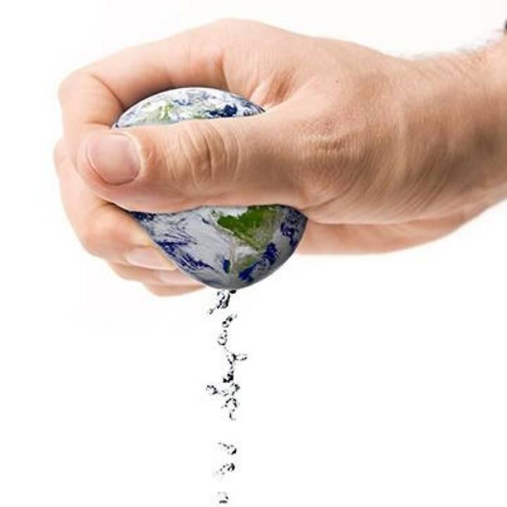 BWT, Wasser, Welt: Wusstet ihr, dass der Pro-Kopf-Tagesverbrauch von Wasser bei rund 130 Litern liegt? Dieses Wasser wird allein beim Trinken, Duschen, Baden und Kochen sowie beim Wäsche waschen, Geschirr spülen oder beim Heizen verbraucht. Mehr Wissenswertes zum persönlichen Wasserverbrauch findet ihr hier: http://bit.ly/1e7mVmO