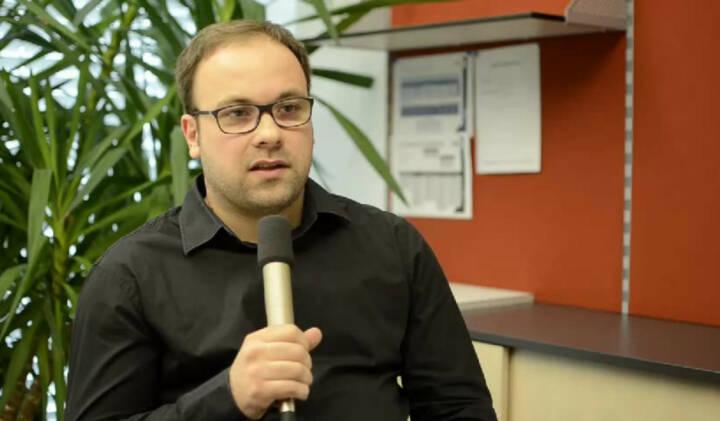 """Rudolf Gresak, Trader Mit meinem Werdegang bin ich in meinem Bereich eher eine Ausnahme."""" Rudolf Gresak ist im Stromhandel bei der Energie AG tätig und analysiert dabei den Strommarkt hinsichtlich Angebot und Nachfrage. """"Spannend finde ich, dass aktuelle weltpolitische Geschehnisse direkten Einfluss auf meinen Job haben."""" Das Video (6:26min.) dazu unter http://www.whatchado.net/videos/rudolf_gresak"""