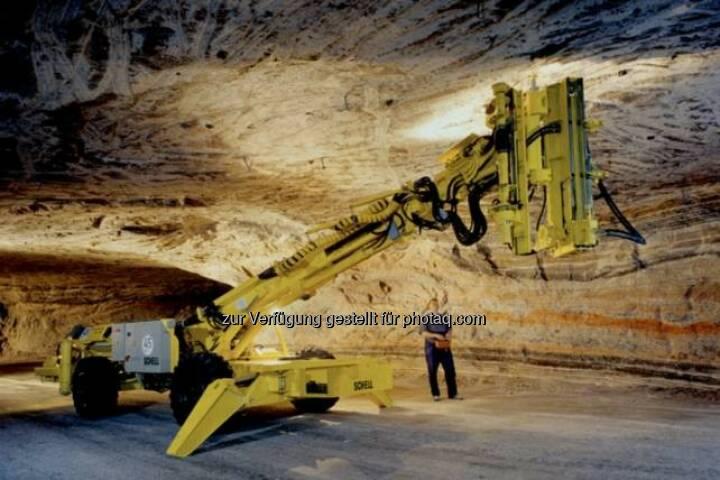 K+S: Mit dem Firstanker-Bohrwagen werden 1,2 Meter lange Gewindestangen in die Decken der Grubenbaue gesetzt. Sie verbinden die Salzschichten miteinander und geben ihnen so mehr Festigkeit.