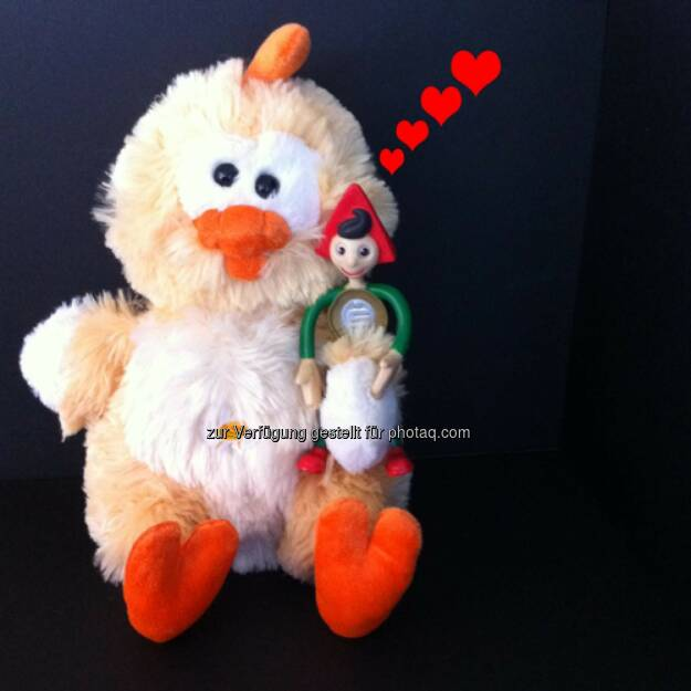 Heute ist National Hug Day – der Erste Bank Sparefroh hat dies zum Anlass genommen und einen neuen Freund gefunden. Kiki, das Küken ist in allen Erste-Filialen erhältlich. Mit dem Kaufpreis von 12 Euro werden krebskranke Kinder unterstützt. (21.01.2014)