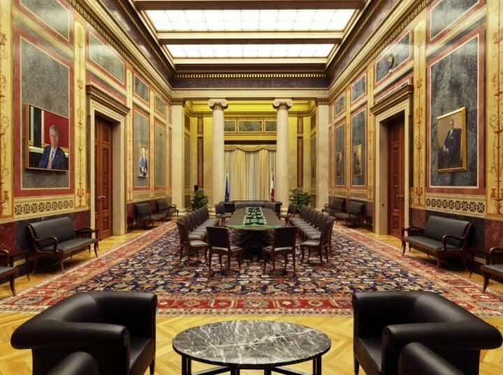 Parlament - Blick in den Empfangssalon, in dem sich die Portraits der ehemaligen Präsidenten des Nationalrats befinden.