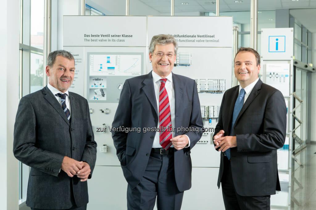 Festo Management - Wolfgang Keiner (Mitte) und das neue Geschäftsleitungsteam Herbert Pfeiffer (im Bild links) und Rainer Ostermann (im Bild rechts) übergeben. (Bild: Festo / Martina Draper) (29.01.2014)
