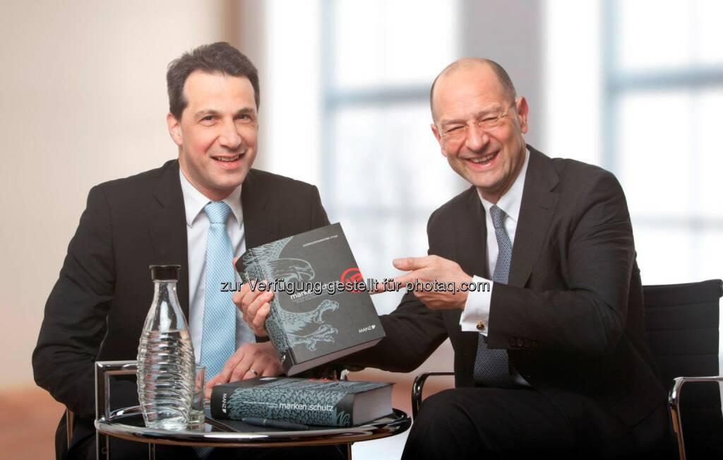 Unter dem Titel marken.schutz präsentieren die beiden Markenrechtsexperten Guido Kucsko und Christian Schumacher, Partner bei der zentraleuropäischen Rechtsanwaltskanzlei Schönherr, die 2. Auflage des von ihnen herausgegebenen systematischen Kommentars zum Markenschutzgesetz. (C) Schönherr  (05.02.2014)