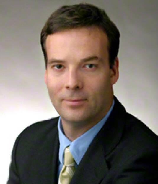 """Scott McDonald, CEO Oliver Wyman Group (Bild: Homepage) war vom Bundesministerium für Finanzen mit der Erstellung einer Einschätzung der volkswirtschaftlichen Auswirkungen zum Abbau der Hypo Alpe Adria beauftragt worden. Im Dezember 2013 wurde diesbezüglich ein Bericht unter dem Decknamen """"Projekt Galileo"""" geliefert. Die Neos haben einen Link http://neos.eu/Parlament/2014-02-05_Anfrage-HypoAA.pdf (12.02.2014)"""