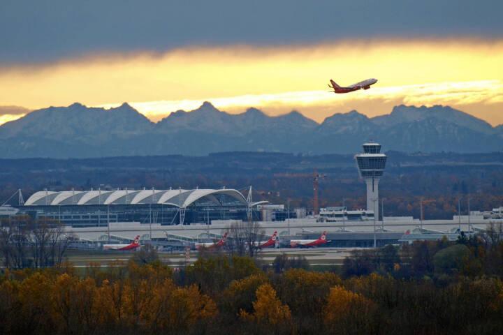 Flughafen Muenchen, Air Berlin beim Start, Sonnenaufgang, Lufthansa AG, (C) Kerstin Roßkopp