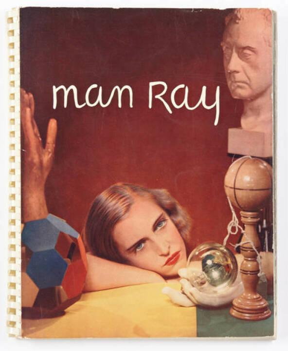 Man Ray (1890–1976) 'Photographs by Man Ray 1920-1934 Paris', Hartford Connecticut: James Thrall Soby, 1934, Erstausgabe, mit Signatur und Widmung von May Ray - Schätzpreis: 14.000 - 16.000 EUR