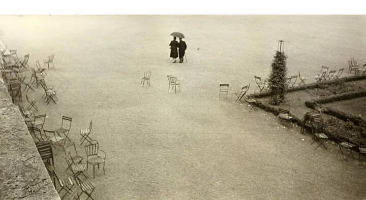 """Robert Frank (* 1924) 'Paris and the chairs, etc.', 1949 - Silbergelatine-Abzug, Vintage, 13 x 25,2 cm, Vom Fotografen auf der Rückseite signiert, betitelt und datiert (Print-Datum """"1951""""), Schätzpreis: 30.000 - 35.000 EUR"""