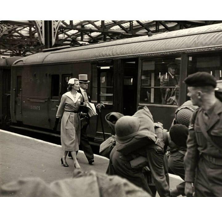 """Henri Cartier-Bresson (1908–2004) Am Weg nach Ascot, Waterloo Station, London 1953, Silbergelatine-Abzug, Vintage, 23,5 x 29,8 cm, Zwei Agenturstempel des Fotografen, zwei """"a.b.c. press"""" Stempel und ein Label mit typografischer Beschriftung auf der Rückseite, Schätzpreis: 4.000 - 5.000 EUR"""