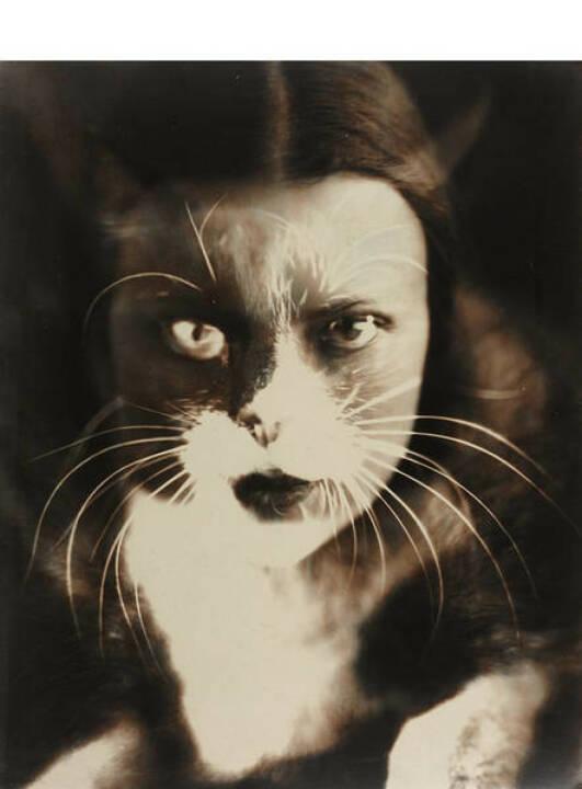 """Wanda Wulz (1903–1984) 'Io + Gatto' (Selbstporträt), 1932, Silbergelatine-Abzug, geprintet frühe 1950er, 29,4 x 23,5 cm. Von der Fotografin auf der Rückseite signiert und betitelt """"Io + Gatto, Fotografia Wanda Wulz, Schätzpreis: 80.000 - 100.000 EUR"""