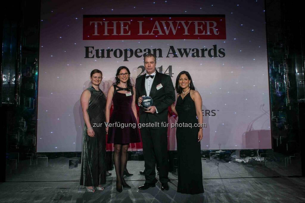 Wolf Theiss freut sich, die Auszeichnung als Law Firm of the Year: Central Europe und als Law Firm of the Year: Austria, bekannt zu geben. Ileana Glodeanu und Bryan Jardine bei der Award-Überreichung, © Aussendung (24.02.2014)