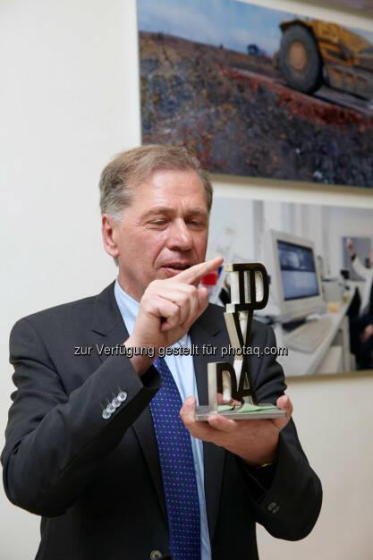 Verleihung des IVA-David 2013 durch Wilhelm Rasinger. Mit dieser Auszeichnung, die einmal jährlich an Unternehmen und Persönlichkeiten verliehen wird, werden wesentliche Beiträge zur Förderung der Kapitalmarktkultur und aktionärsfreundliches Engagement gewürdigt.  , © IVA (24.02.2014)