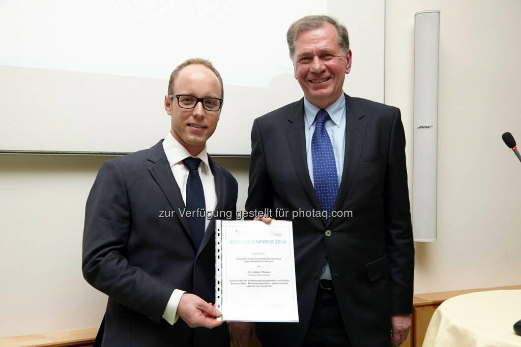 """Christian Thaler erhielt den Hauptpreis 2013 mit der Dissertation: """"Verletzung kapitalmarktrechtlicher Vorschriften - Marktmanipulation, Insiderhandel und Ad-hoc-Publizität"""" im Wert von 4000 Euro., © IVA (24.02.2014)"""