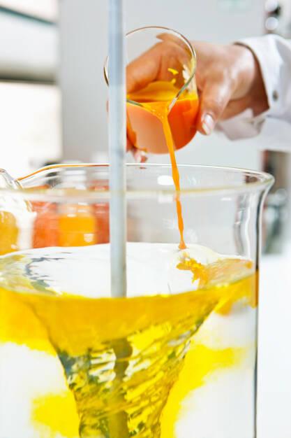 Im Getränkelabor der BASF in Ludwigshafen wird gelbe Limonade hergestellt., © BASF (Homepage) (25.02.2014)