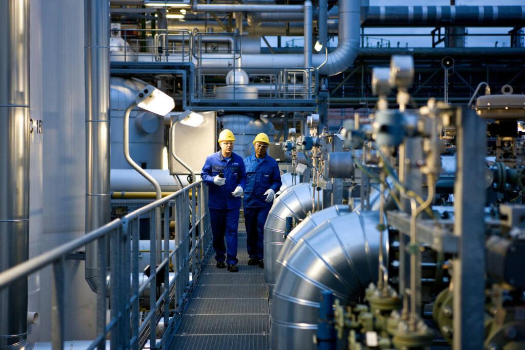 Sven Heinrich und Jules Tchana, beide Chemikanten (BASF), bei einem Kontrollgang in der Wasserstoffanlage. Diese Anlage produziert nicht nur Wasserstoff, sondern speist auch Dampf in das 40 bar Netz des BASF Verbundstandorts Ludwigshafen ein. , © BASF (Homepage) (25.02.2014)